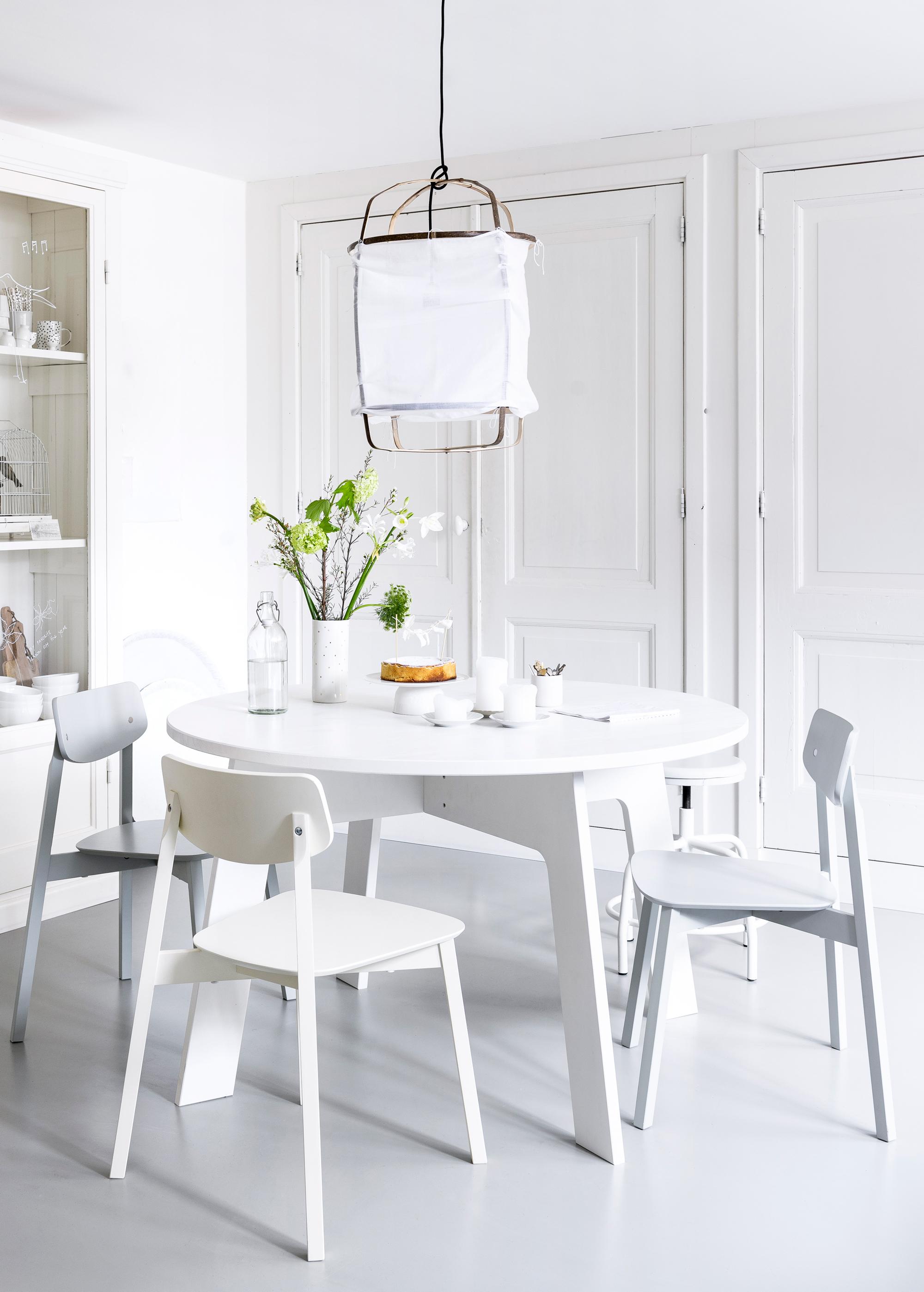 Elegant kwantum eettafel shoplog koperen lampen boven de for Goedkope eettafel met stoelen